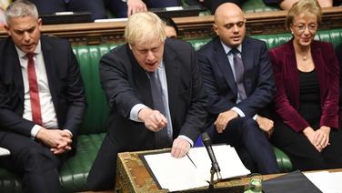 An Príomh-Aire Boris Johnson ag tabhairt a óráid agus é ag moladh an socrú a rinne sé leis an Aontas Eorpach