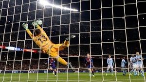 Celta Vigo goalkeeper Ruben Blanco Veiga fails to stop a Leo Messi free-kick