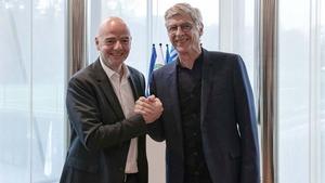 FIFA president Gianni Infantino (L) and Arsene Wenger