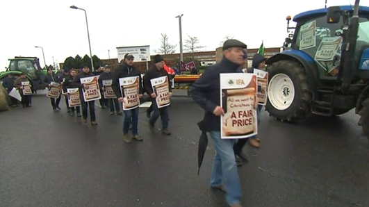 Farmers continue blockade of ALDI facility in Naas over beef prices