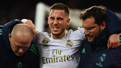 Eden Hazard leaves the field in pain during the clash against PSG