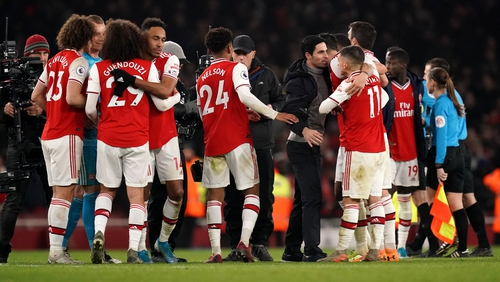 Arsenal manager Mikel Arteta with his players after beating Manchester United
