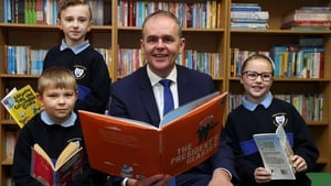 Joe McHugh with pupils of St Malachy's NS in Finglas (from left) Timur Sevcenko, Kian Franzoni and Ella Groves at the announcement of the initiative