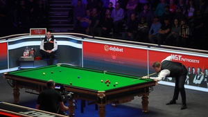 Joe Perry looks on with Shaun Murphy at the table