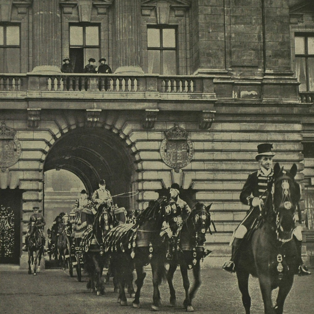 King and Queen leaving Buckingham Palace for Westminster to open parliament Photo: Illustrated London News, 14 February 1920