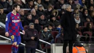 (L-R) Lionel Messi of FC Barcelona, coach Quique Setien