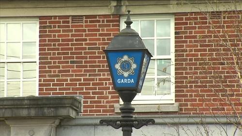 Tá an fear a gabhadh faoi choinneáil faoi láthair ag Stáisiún na nGardaí i dTóchar.