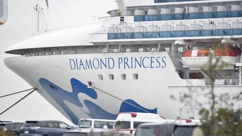 An Diamond Princess atá ar coraintín amach ó chósta na Seapáine