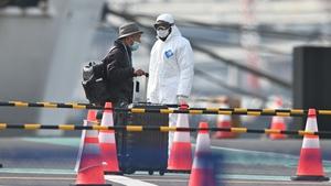 Passengers leave the Diamond Cruise after quarantine period
