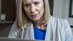 Caitríona stars to sell her stolen items online on Ros na Rún