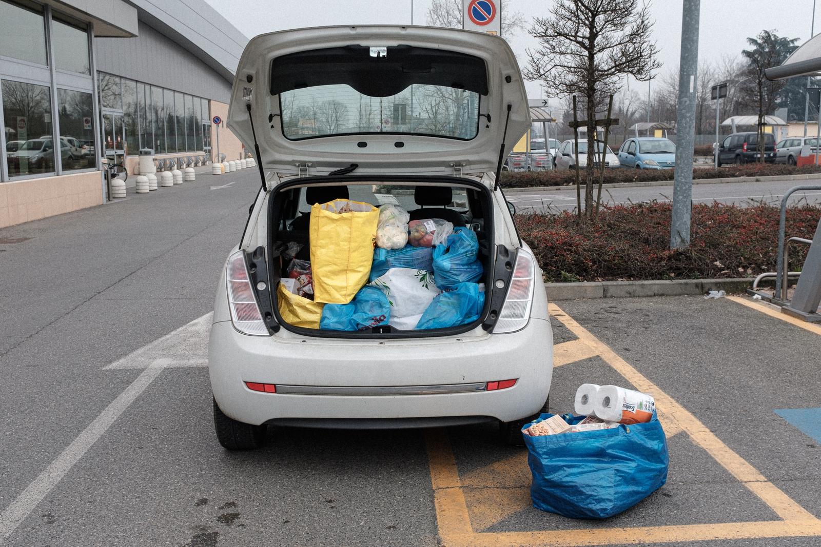 Image - Buying provisions (Image: Marzio Toniolo)