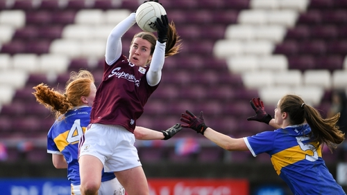 Roisin Leonard of Galway in action against Emma Cronin, left, and Maria Curley of Tipperary