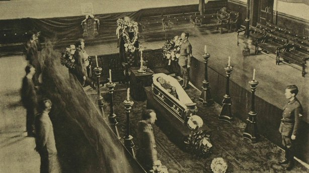 Tomás Mac Curtain lying in state in the City Hall in Cork, guarded by Sinn Féin Volunteers Photo: Illustrated London News, 3 April 1920