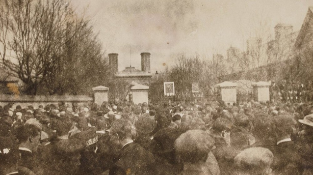 Crowds at Mountjoy Photo: National Library of Ireland