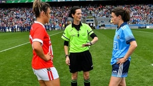 Maggie Farrelly speaks to captains Doireann O'Sullivan of Cork (L) and Dublin's Sinéad Aherne ahead of last year's TG4 All-Ireland ladies senior football final