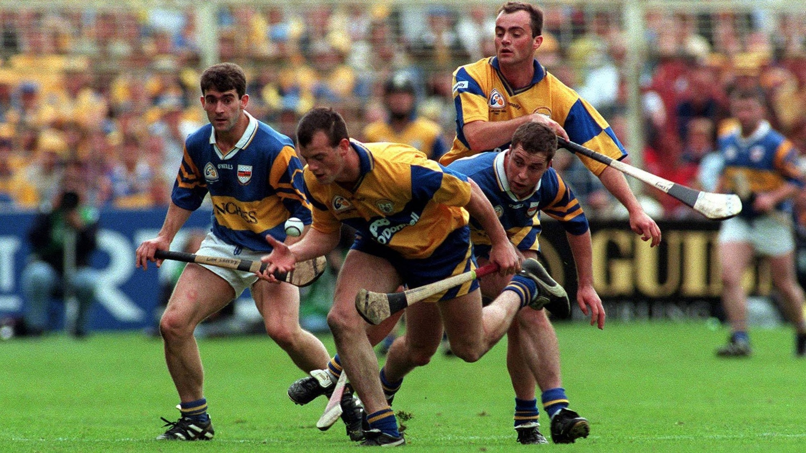 Image - Ollie Baker battles for possession in 1997 All-Ireland final