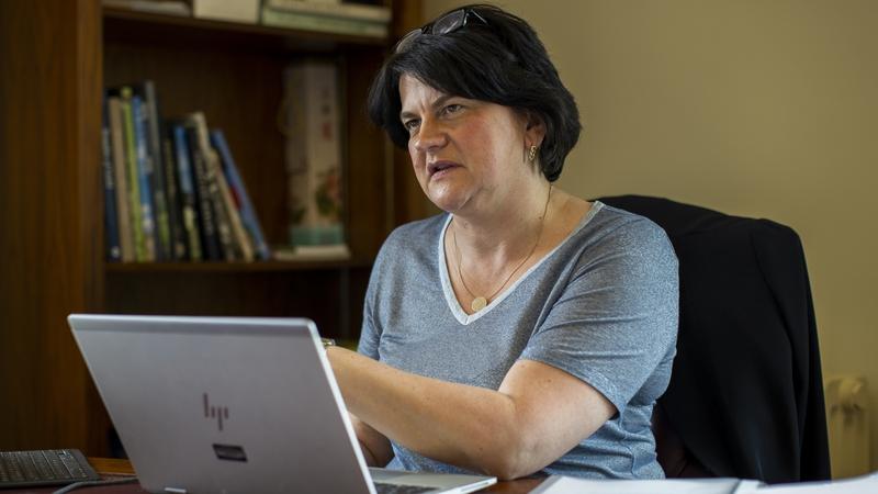 'Damáiste déanta sa bhFeidhmeannas ag conspóid na sochraide'-Arlene Foster