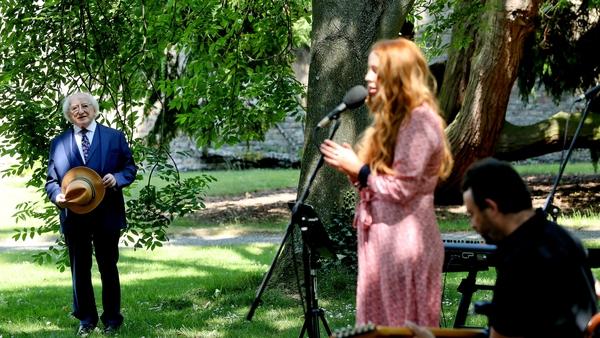 Lisa Lamb, Eamonn de Barra and John McLoughlin perform Down By the Salley Gardens