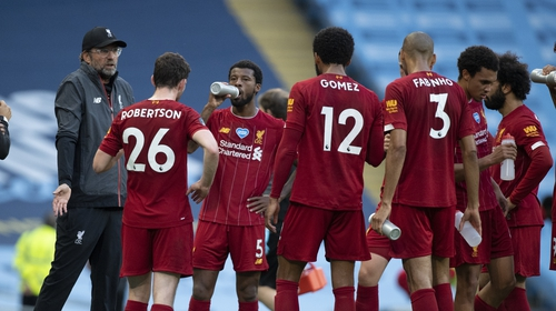 Klopp talks to his players during the drinks break at the Etihad