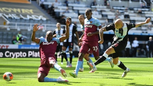 Jonjo Shelvey (R) fired in the Magpies equaliser