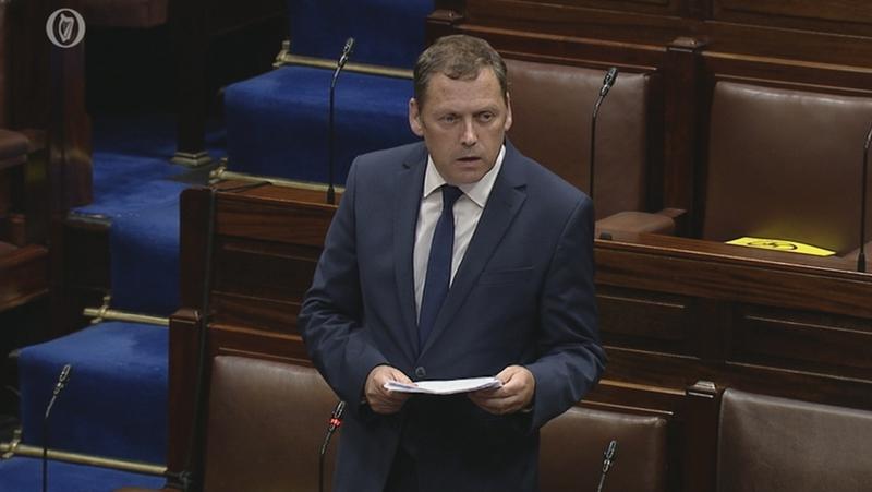 Ghabh Barry Cowena leithscéal sa Dáil aréir