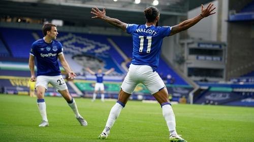 Theo Walcott celebrates his late equaliser for Everton