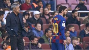 Lionel Messi (R) and Quique Setien
