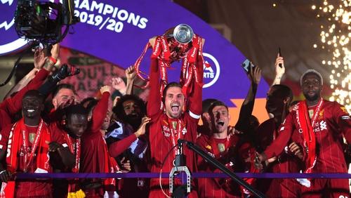 Jordan Henderson lifts the Premier League trophy