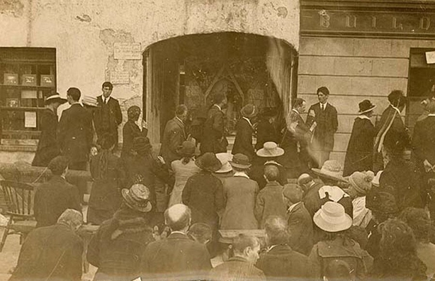 A small portion of the crowd gathered outside Mr Dwan's house on Main Street in Templemore Photo: National Library of Ireland