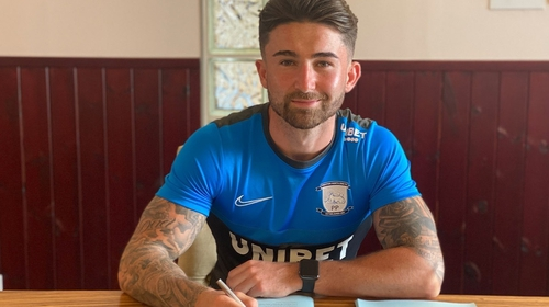 Sean Maguire pens his new deal.