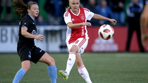 Alli Murphy (L) in action for PEC Zwolle against Ajax in 2018