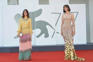 Gia Coppola (L) in Gucci and Maya Hawke in Versace. Photo: Getty
