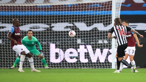 Jeff Hendrick of Newcastle United scores his side's second goal