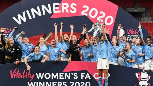 Steph Houghton lifts the Women's FA Cup