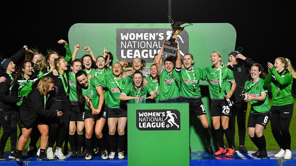 Peamount United captain Áine O'Gorman lifts the trophy