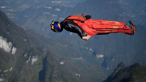 Zhang Shupeng dives head-first off Tianmen Mountain in Zhangjiajie