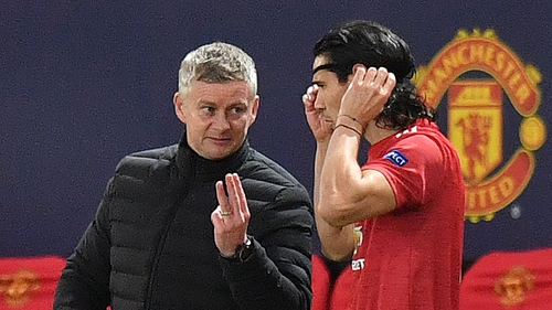 Solskjaer talks with Cavani during a Champions League match against RB Leipzig
