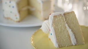This cake cutting hack is equal parts ingenious and chaotic