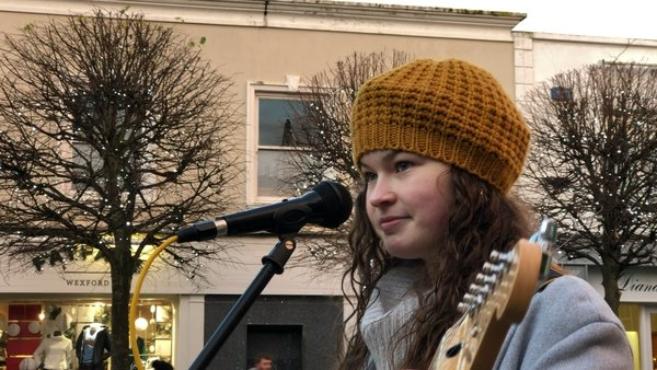 Molli Meaghan-Tresson busks in Wexford town to raise money for homeless charities