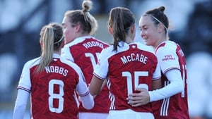Caitlin Foord (1r) of Arsenal celebrates with Katie McCabe