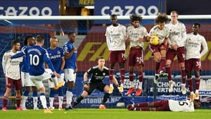 The Arsenal wall does its job to stop a free kick taken by Everton's Gylfi Sigurdsson. Photo: Jon Super/Pool/AFP via Getty Images