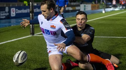 Edinburgh's Nic Groom competes with Glasgow's Lee Jones in the in-goal