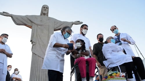 The two first residents of Rio de Janeiro were vaccinated at the Cristo Redentor statue on Monday