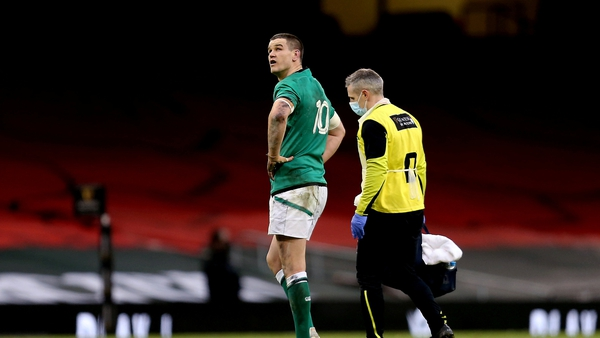 Jonathan Sexton leaves the pitch with team doctor Dr Ciaran Cosgrave