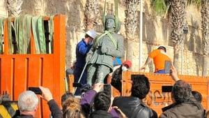 A crane removes the statue of Francisco Franco in Melilla