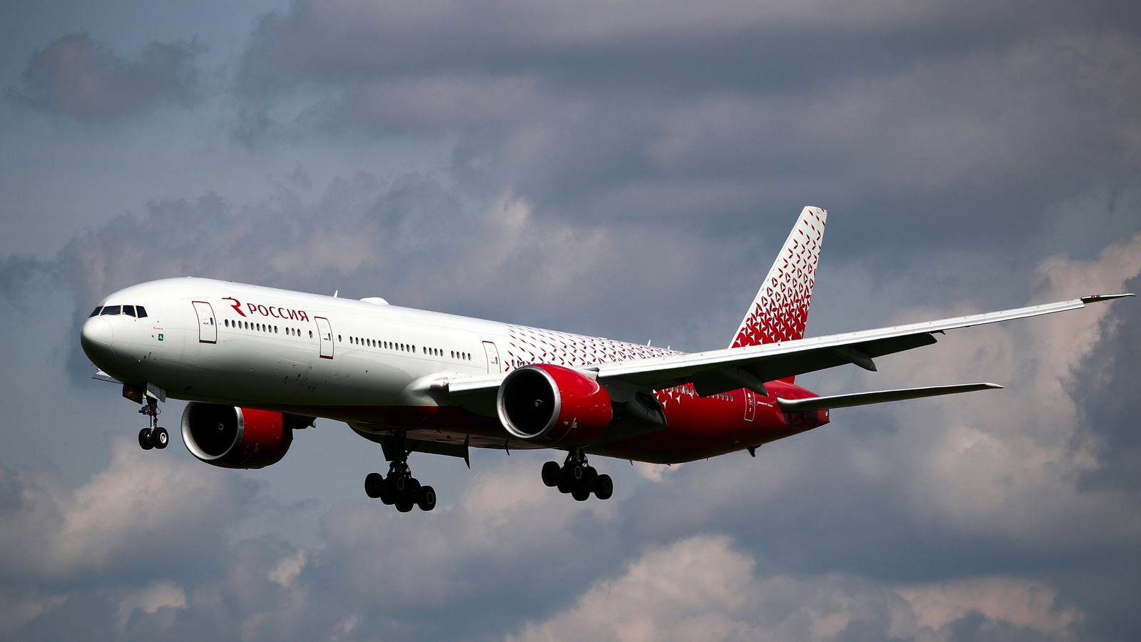Boeing 777 with engine trouble makes emergency landing