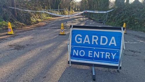 Tá Gardaí i Mainistir na Corann, Co Chorcaí ag lorg cabhair an phobail le taisí mná a fuaireadh ansan a aithint.