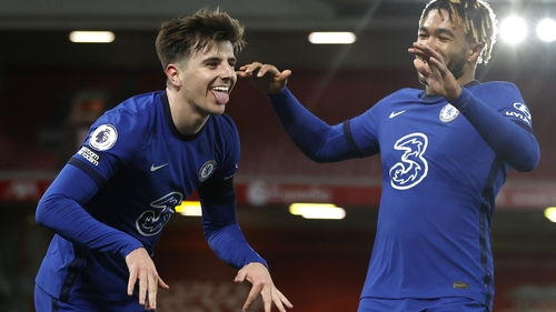 Chelsea's Mason Mount (l) celebrates with Reece James after his goal