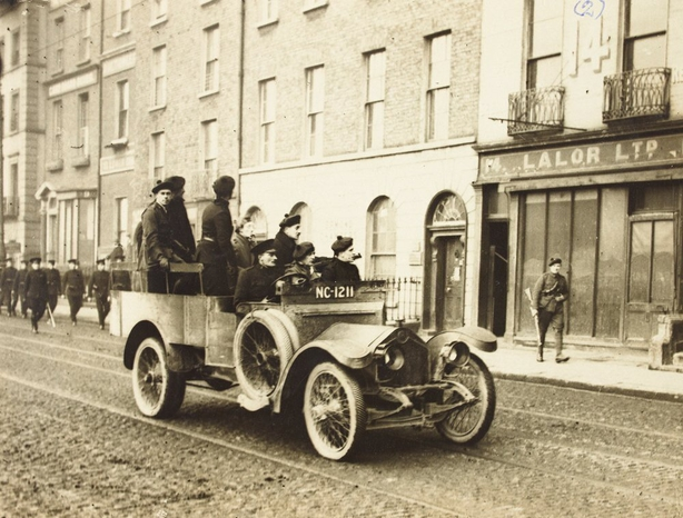 A lorry load of Auxiliaries, covered by rifle bearing colleagues, lead the funeral of Major Holmes of the Royal Irish Constabulary in February 1921. Photo: National Library of Ireland, HOG155