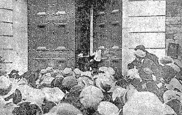 A prison warden places the official notice of the executions on the door of Mountjoy Gaol Photo: Freeman's Journal 15 March 1921
